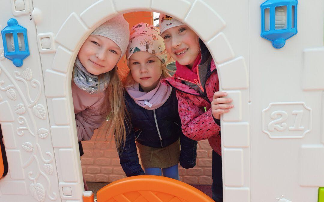 Wiosenne zabawy na placu przedszkolnym